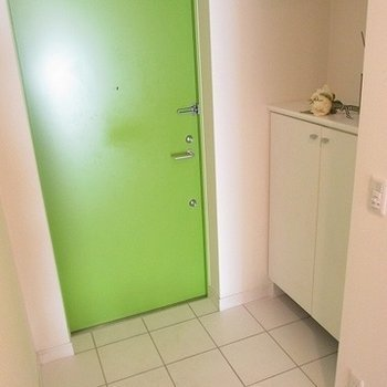 玄関も広めでシューズボックスもあり。※写真は別部屋です