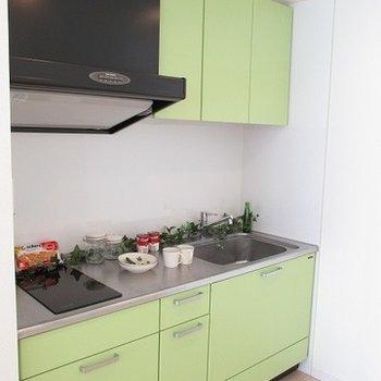 グリーンのキッチン※写真は別部屋です