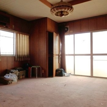 カーペット敷きの10帖のお部屋。明るいです。