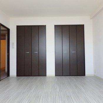 寝室は10帖と広め。