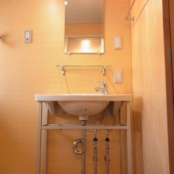 すっきりシンプルな独立洗面台。※写真は別部屋