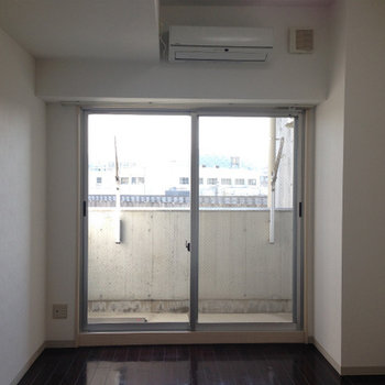 大きな窓から光もいい感じに入る※写真は別部屋です。