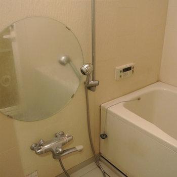 円い鏡のお風呂があります