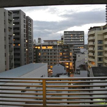 外のマンション街を眺められます