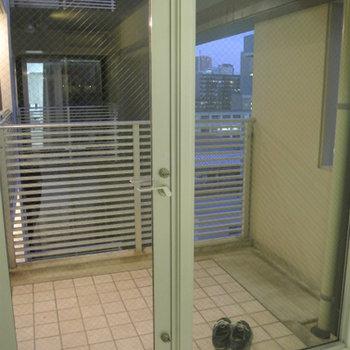 玄関はこんな感じなので、なにかで隠す必要はありますね