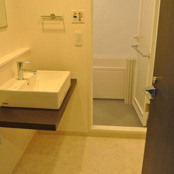 洗面、トイレ、お風呂などは集合していて※写真は別部屋