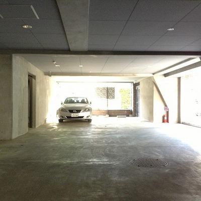 地下には駐車場と駐輪場