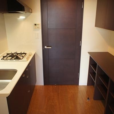 キッチンも2口で区切られています。※写真は別部屋