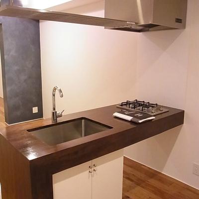 存在感のあるキッチン(写真は別室)