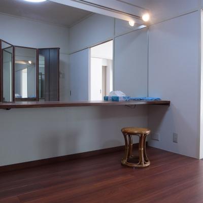パウダールームのような三面鏡と大きな鏡付きのお部屋。