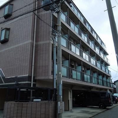 1階は駐車場になっています