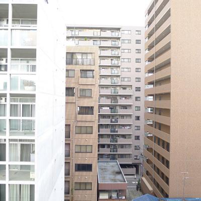 目の前にはマンションがずらり。