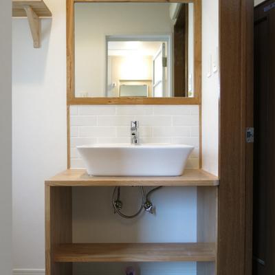 木枠鏡とタイルがかわいい洗面台です。