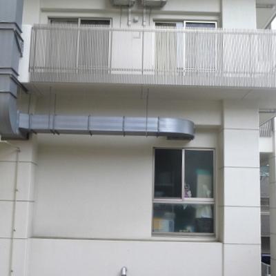 隣には大きなマンションがあります。