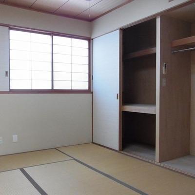 2階和室、照明がついていないのでもう少し明るくなります。