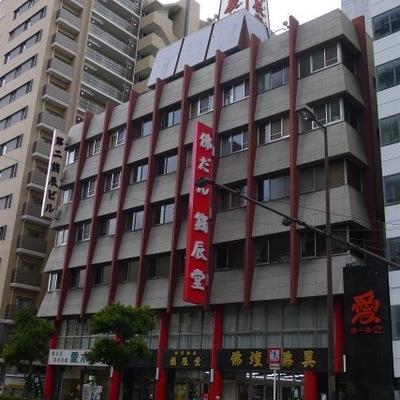 赤がポイントの建物です。