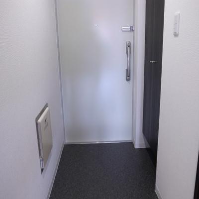 玄関。シューズボックスあり※写真は別部屋です。