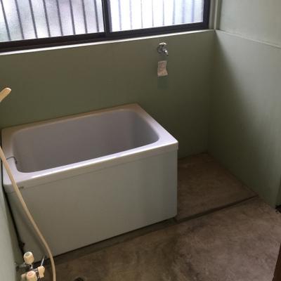 お風呂の隣が洗濯機ですね。