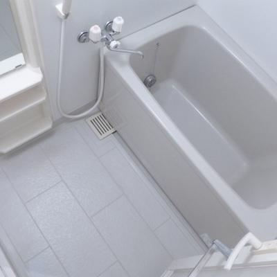 風呂はシンプル、広さは十分。※写真は別部屋です