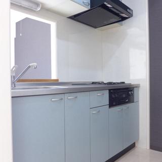 キッチンは3口ガスコンロ!※写真は別部屋です
