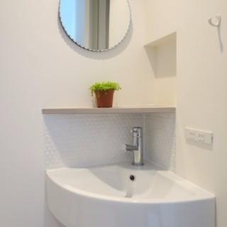 洗面台の鏡も可愛らしく