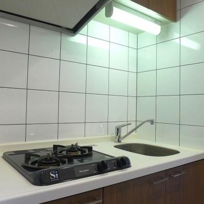2口コンロのキッチンです。キッチンは木目柄でポイントになって