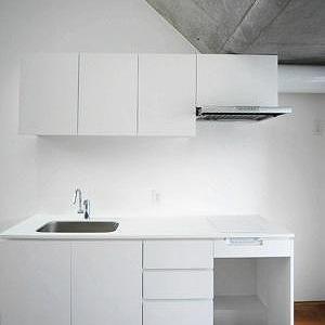 白くスタイリッシュなキッチン
