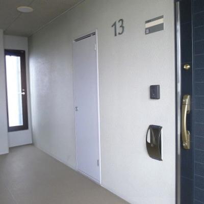 玄関扉はシックに紺色です。