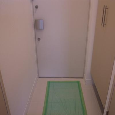 玄関。全身鏡もうれしい。※写真は別部屋です。