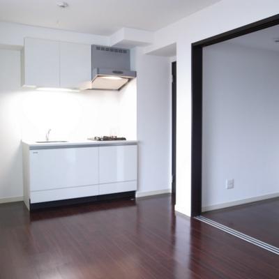 白を基調に清潔感のあるお部屋※写真は別部屋です。