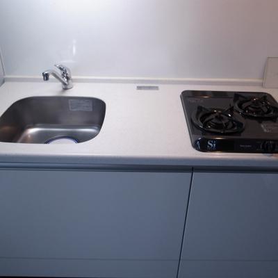 キッチン。ガスコンロ2口。※写真は別部屋です。