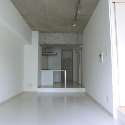 コンクリート打ちっぱなしに白が似合いますね※写真は別室