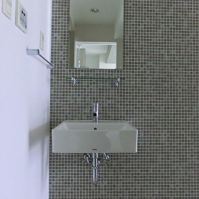 タイル張りのデザイン性のある洗面台※写真は別室