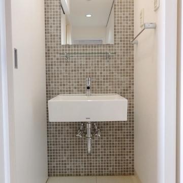 タイル張りのおしゃれな洗面台(写真は603号室)