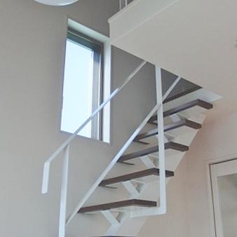 屋根裏への階段。(写真は401号室です)