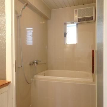 タイル張りの可愛いお風呂。モザイクガラスの扉も素敵