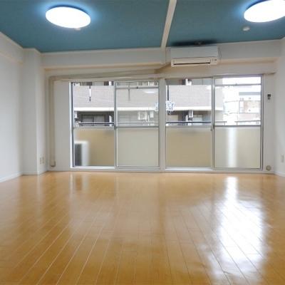 ズドーンと広いリビングに、青の天井。