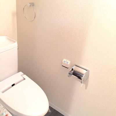 あの部屋を見せられた後だとこのトイレでさえお洒落に見えてしまう。