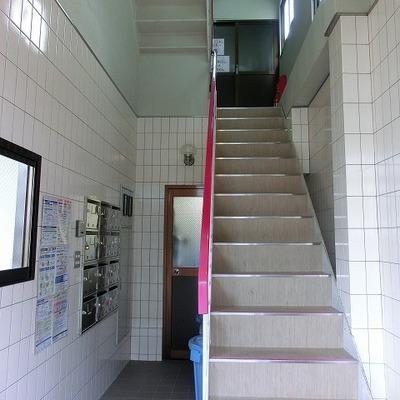 エントランスを入りこの階段から2階へ上がります