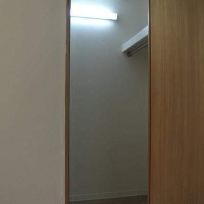 ウォークインで収納も便利※写真別部屋