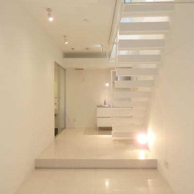白階段で地下へ