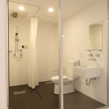 ガラス張りの浴室、トイレ、洗面台