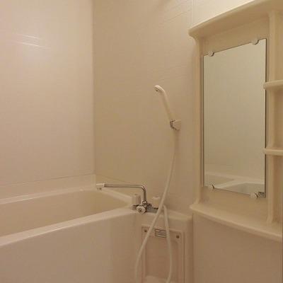 お風呂はシンプルかつキレイです