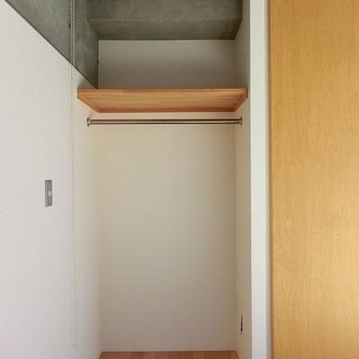 ロールカーテン付きの収納スペースです