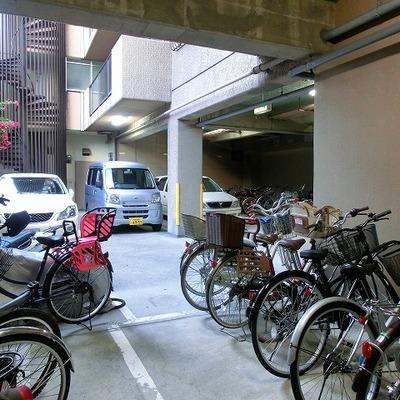 車、バイクに自転車止められます!エントランス反対側から駐車可