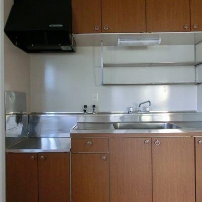 棚もついていて広々スペースのあるキッチンです