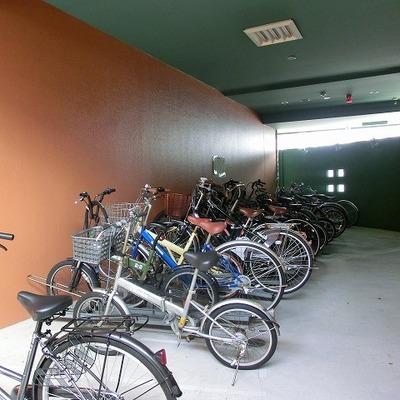 入口横に駐輪場があります
