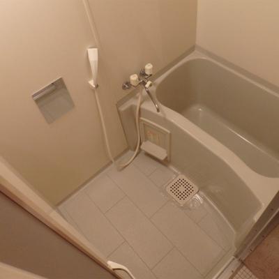 清潔感のあるシンプルなお風呂です ※写真は別部屋