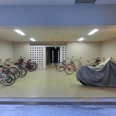 広くて開放的な駐輪スペース、エントランス横にもございます