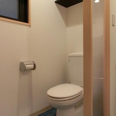 小窓も付いているおトイレです